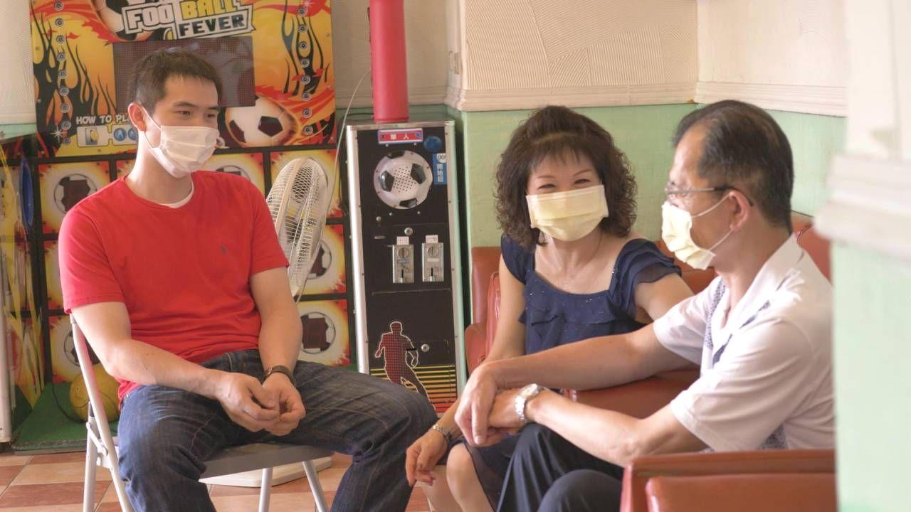 思覺失調症患者Mark(左)與母親(中)、父親(右),一家人和樂融融