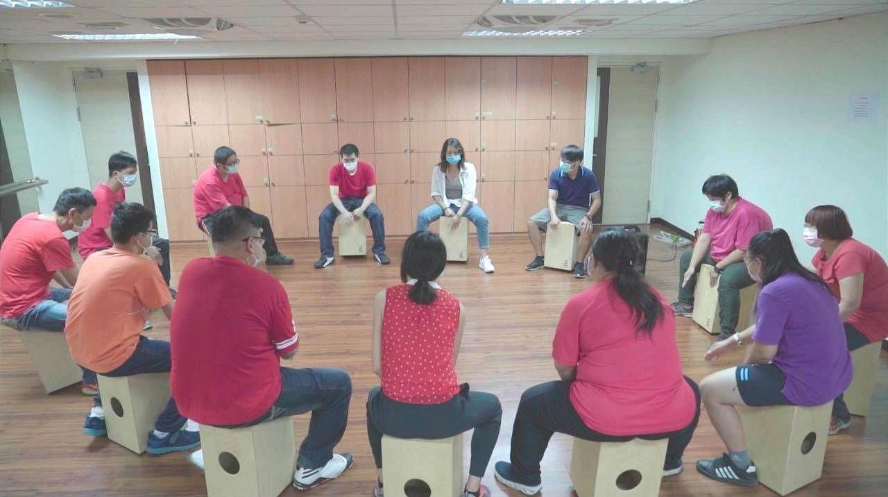 精神病友們在草屯療養院附設生活旗艦店社區復健中心,參與木箱鼓課程。