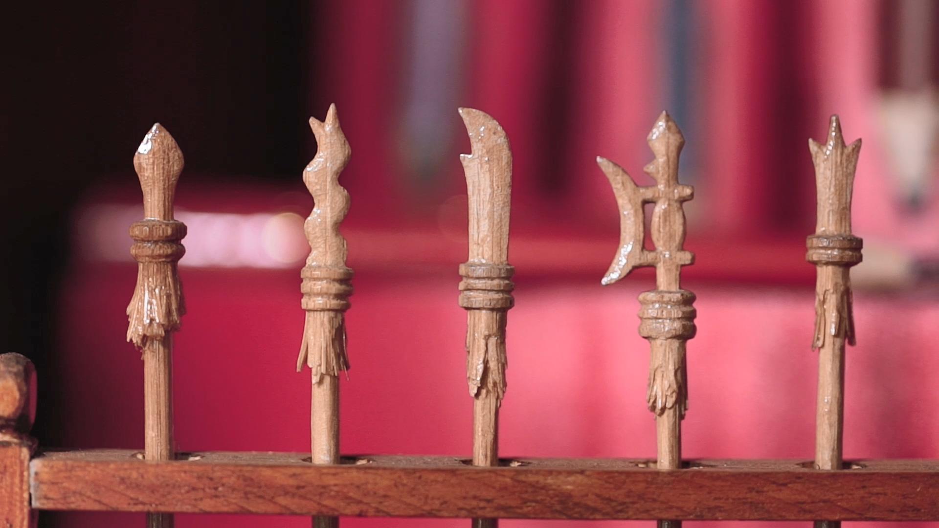 李健竹以竹筷子替小孩雕刻出的武器玩具。