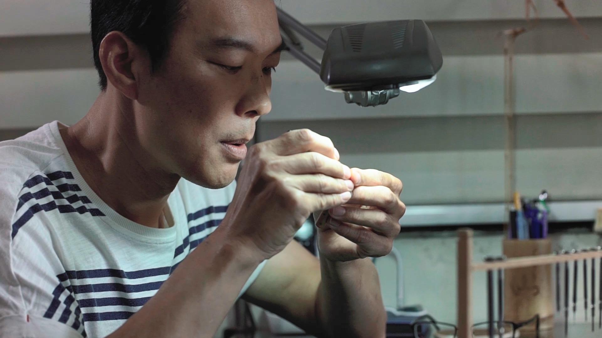 台灣筆芯雕刻達人李健竹專注雕刻作品。