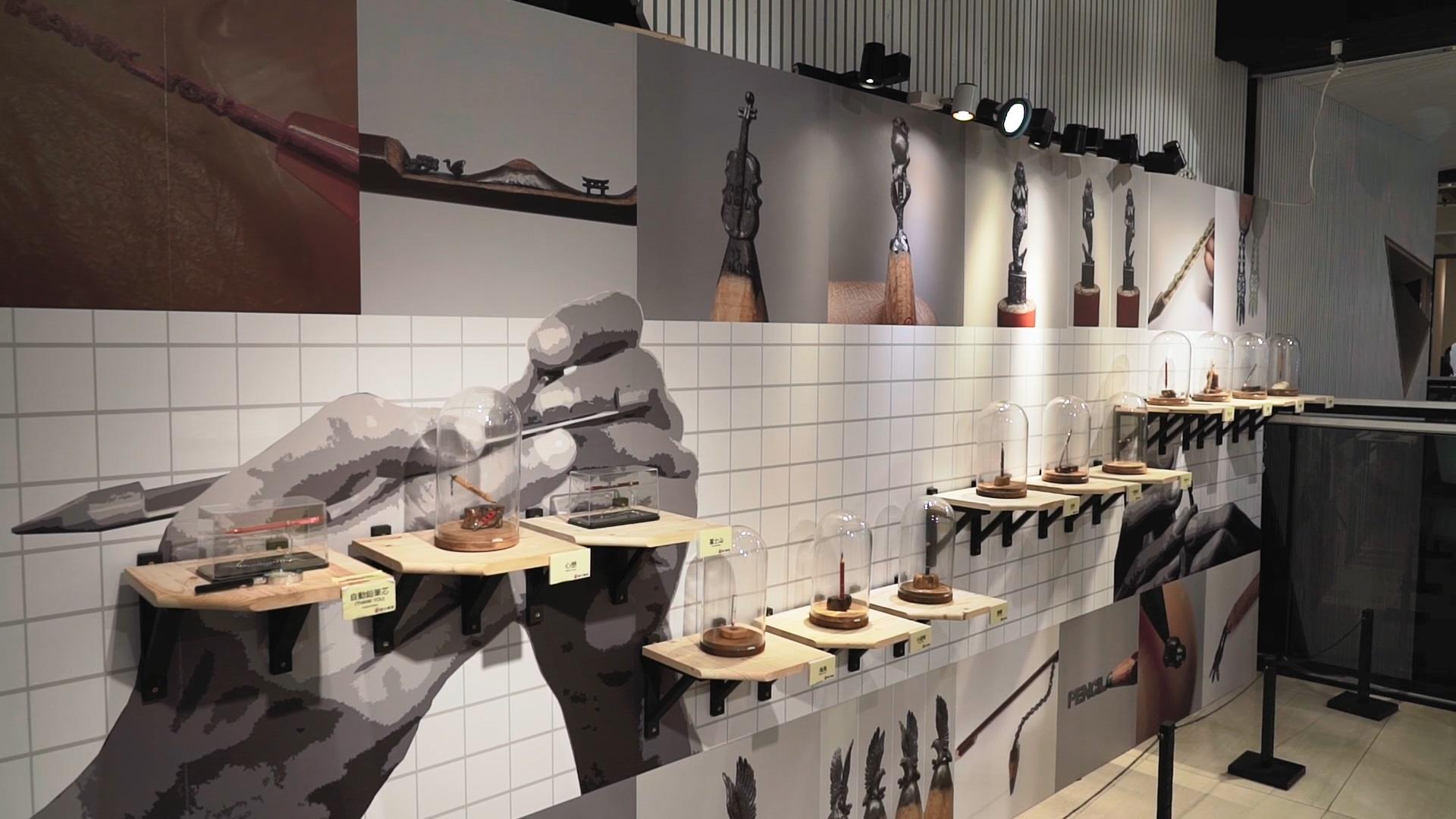 李健竹今年9、10月於中友百貨公司舉辦的筆芯微雕創作展「筆中友芯」。