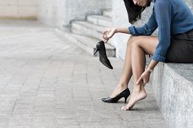 穿錯鞋加速關節退化?專家教你選對鞋、走更遠