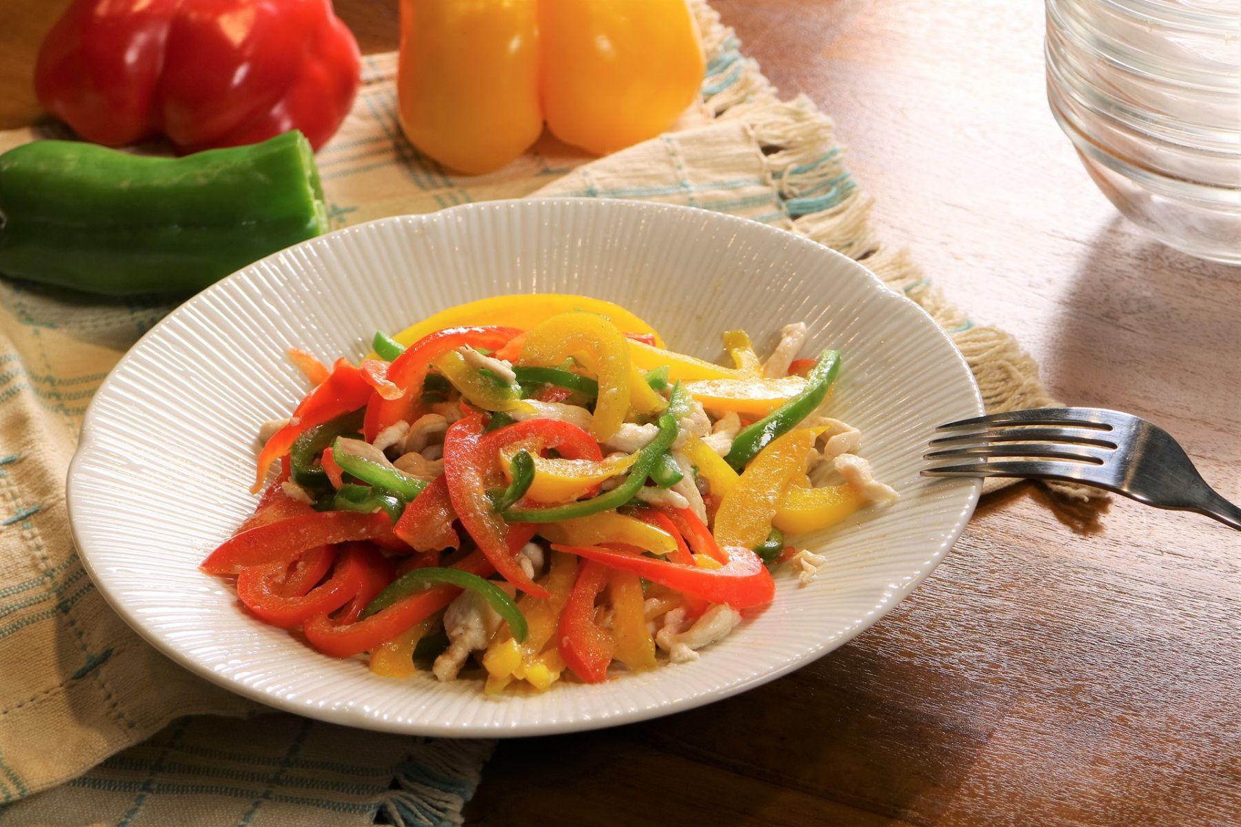 吃得健康、快樂變老,阿公阿嬤快手上菜的「彩椒炒雞絲」