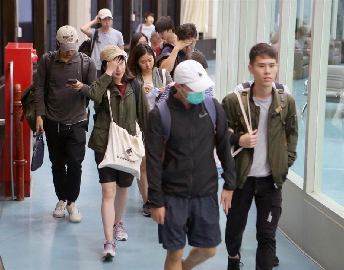 香港中文大學71名台生專案搭機凌晨返抵國門 神情緊繃快閃避談在校情形