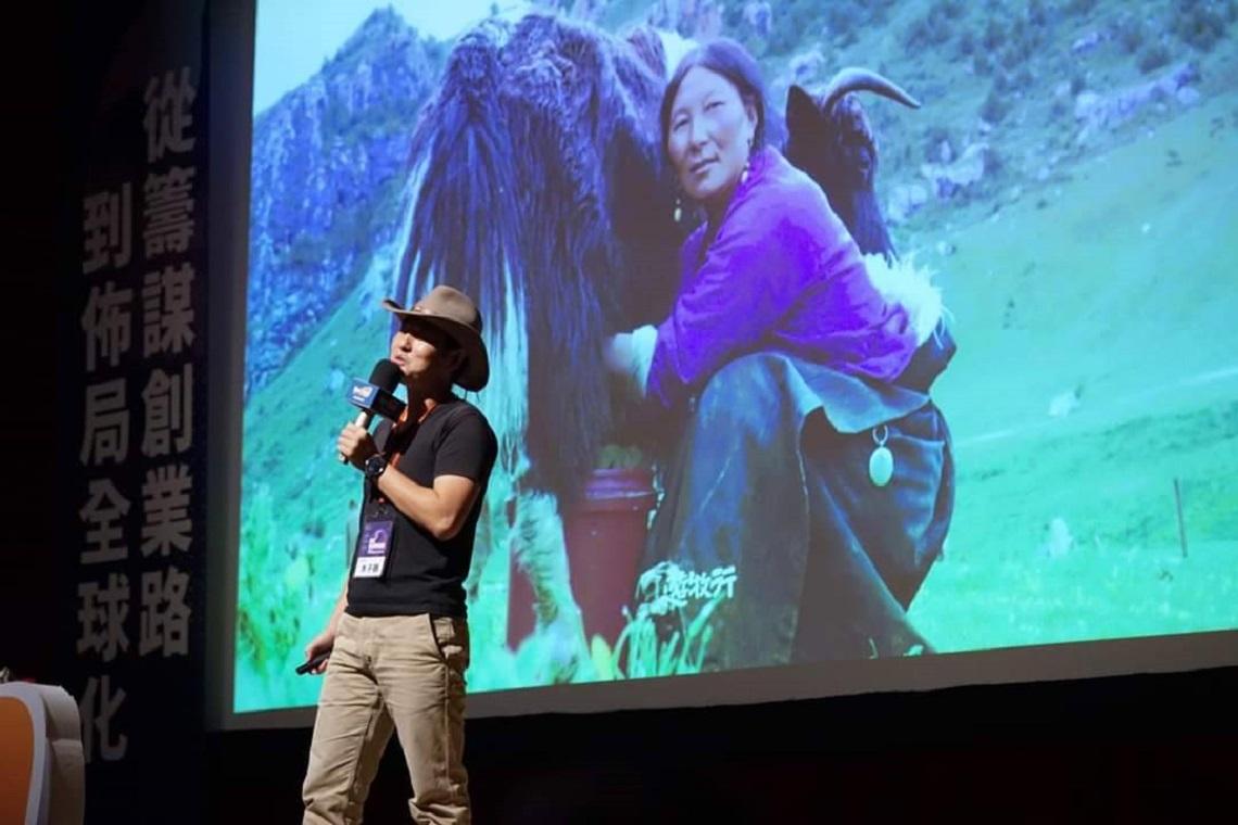 高中退學騎腳踏車橫越沙漠…來自烏魯木齊的他「嫁」進台灣 從青藏高原長出「旅人商業模式」