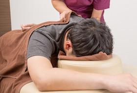 老翁長骨刺找民俗療法 脊椎遭搥打無法行走