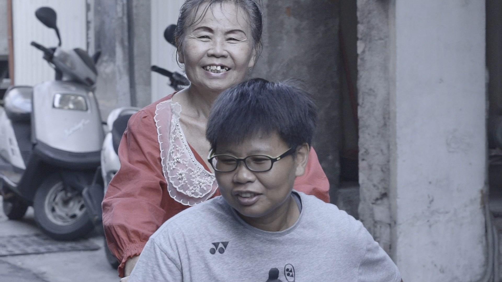 黃楚茵的母親黃嫊閔,為鼓勵楚茵走出低潮,常常帶著她出去走走