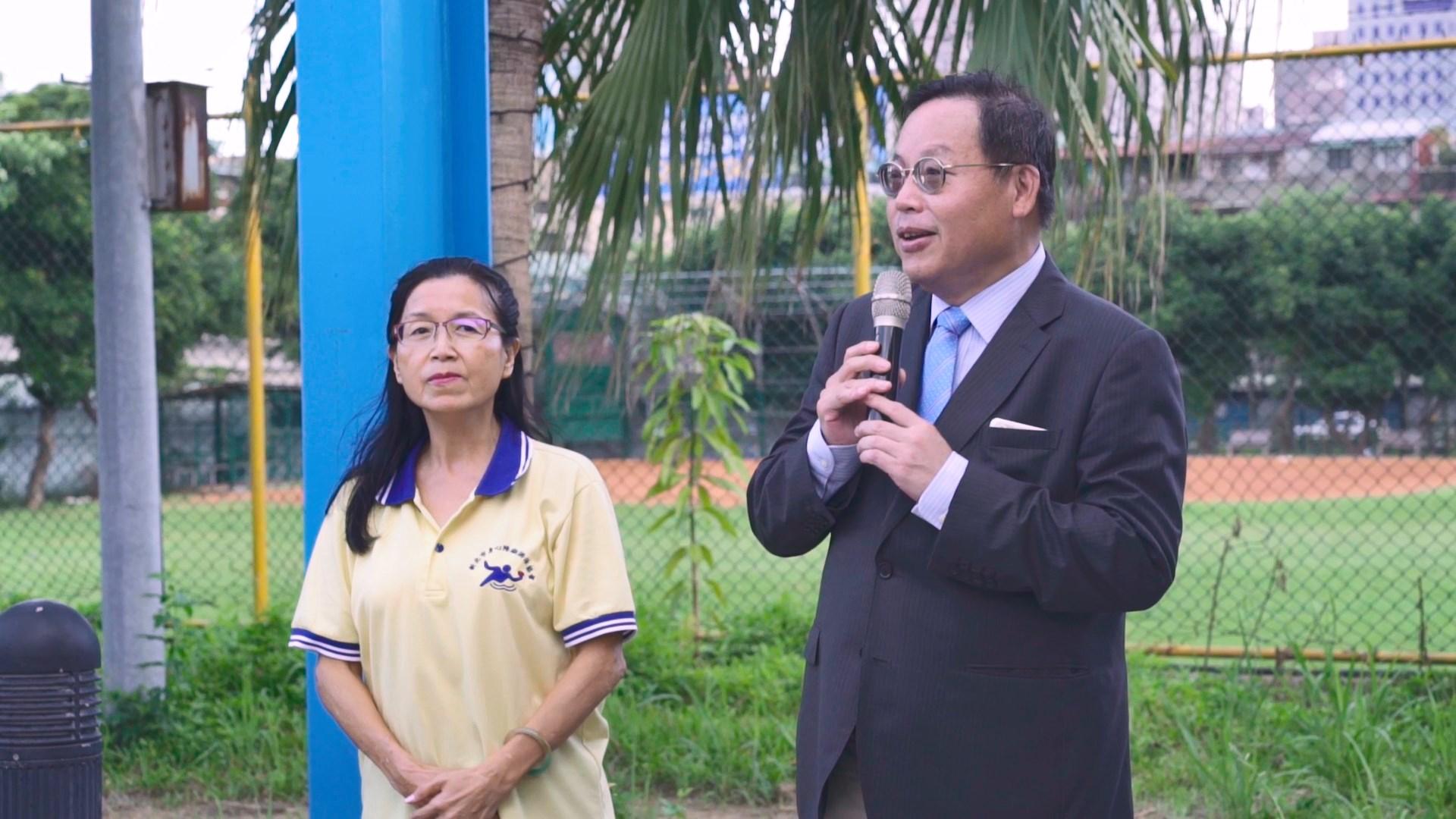 台北市大龍峒扶輪社社長莊子華,曾教導過許多身心障礙者游泳,甚至幫助他們取得救生員資格。