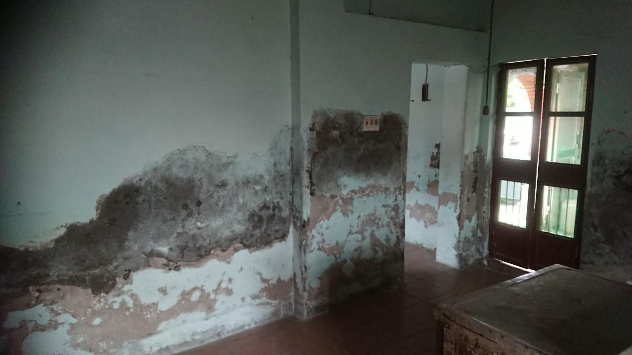 案主吳先生住在彰化埔心鄉巷弄裡的一處民宅,房間破舊不堪。