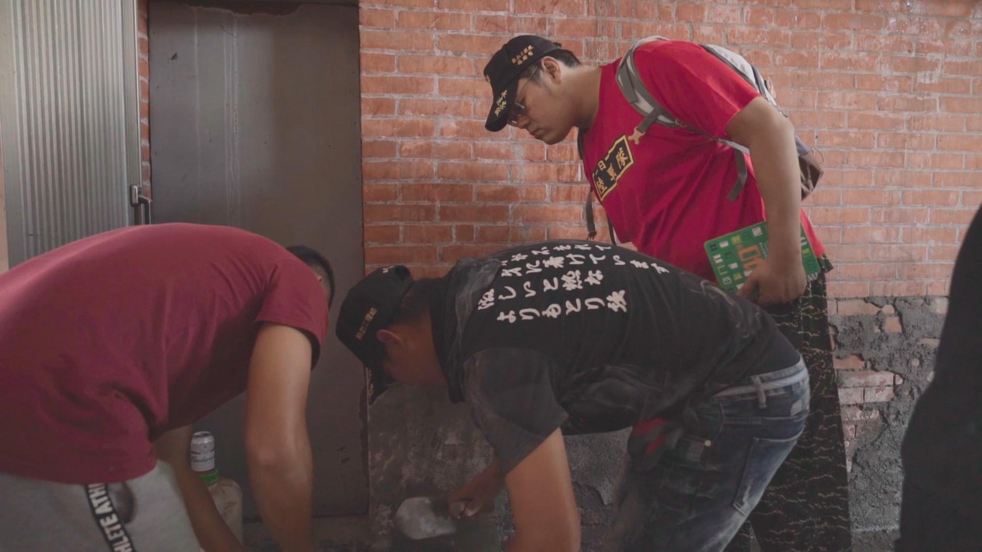 平時負責社區管理的林瑋哲,擅於協調社區內房屋、水電修繕等事務,於是主動召集海軍陸戰隊的退役隊員一同成立熱血工程組。
