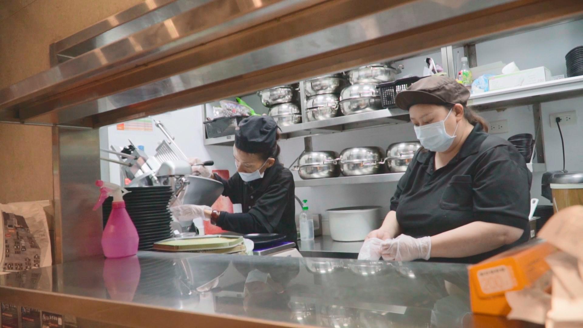 食藝餐飲優先雇用弱勢族群並提供愛心待用餐,讓員工呂孟潔十分感動。