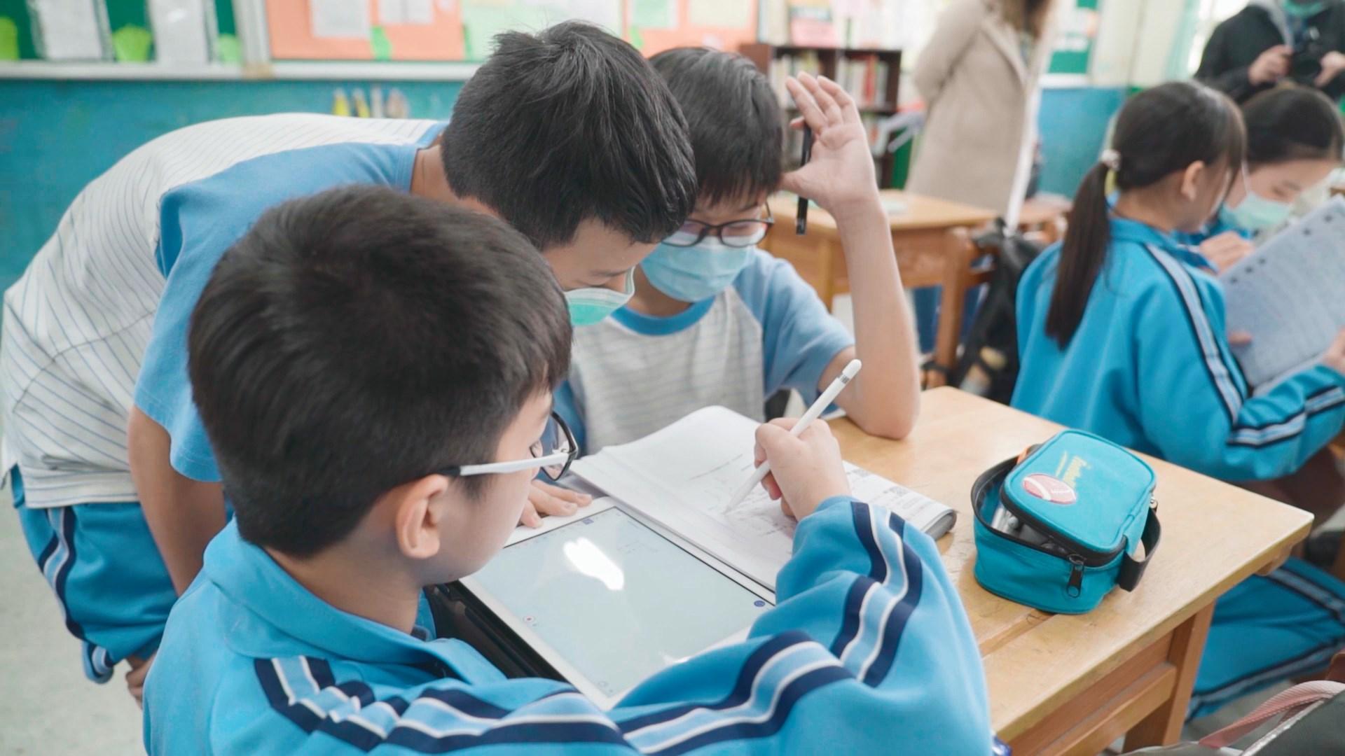 劉繼文老師的數學課,每個同學都依照著自己的進度在學習。