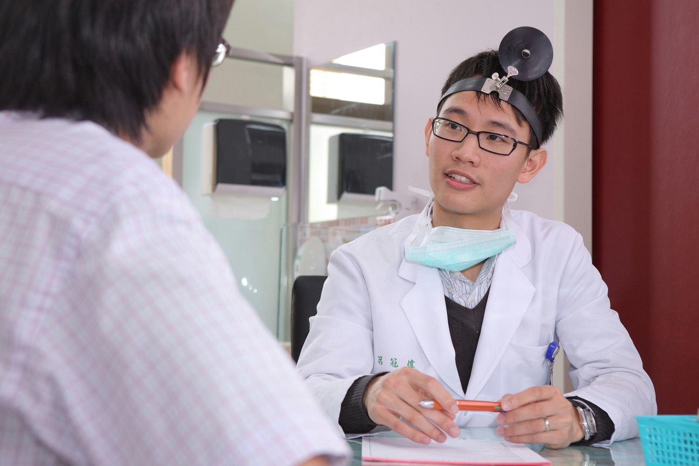 醫學系畢業的呂冠緯,秉持著對教育的熱誠,決定棄醫從教。